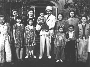 Charlie Chan inmitten Familie